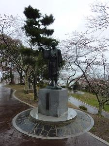 日和山に立ち、北上川を見つめる川村孫兵衛像