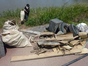 木材にタイヤ…大型の災害ゴミをテキパキと運びだします