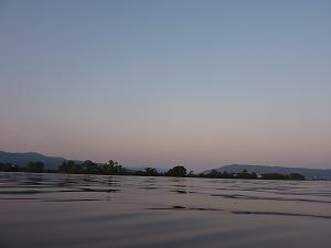北上の大河に日没が迫る。