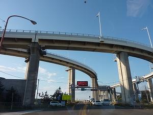 室蘭港をつなぐシンボル・白鳥大橋。典型的なベイエリアの海です。