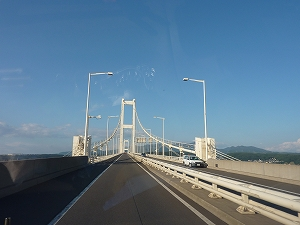 白鳥大橋を渡る車中から。東京・台場のレインボーブリッジや横浜のベイブリッジにも似た雰囲気がありました。