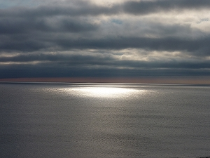 厚い雲の間から、希望の光が差し込む。私達はあきらめない、絶対に。
