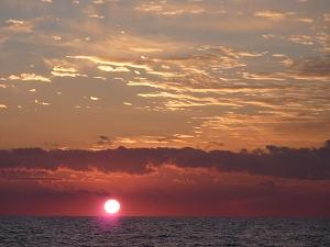 松島湾沖の日の出。1日のうちでも最も太陽が神々しい光を放つとき。