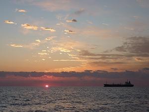 重要工業港である仙台港が近いことから、松島湾沖に出ると様々な種類の船とも出くわす。
