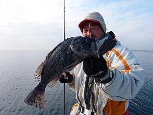 狙い的中。北海道釣法を参考にして釣り上げた内海船長のクロソイ。