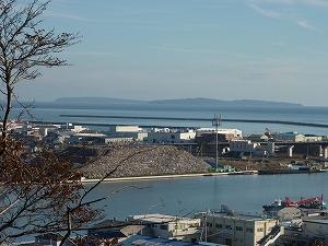 宮城県石巻市日和山より旧北上川河口を望む。川の脇にはガレキの山が出来ている。