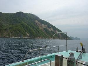 クロソイの豊富な小樽の海は山が海岸までそのまま迫る地形が続く。