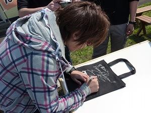 今回も沢山の皆様に真心込めてサインさせて頂きました。