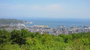 小高い山の上から小樽の街並みを見る。