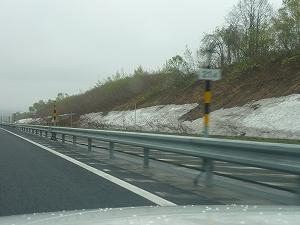 新千歳空港から留萌市に向けて車を走らせます。5月中旬でも道路脇にはまだ残雪が。