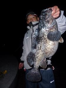 最後の最後に釣ったのは…この男。安瀬君の54cm!!