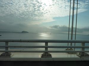 白鳥大橋から光輝く室蘭の海を望む。