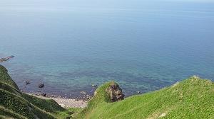 積丹ブルーと称される海の由縁はこの蒼く透き通った水に由来する。