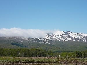 山頂の残雪と新緑と清々しい空の青色がとても心地よい。