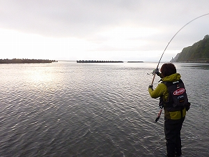 沖の離岸堤の隙間を狙ってフルスイングでジグを飛ばす。