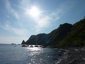 海と山が一つの自然の造形美を醸し出す。