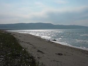 誰もいないサーフはちょっと寂しいが、その分、この広大な海を独り占めした気分に浸れるも乙なもの。